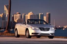 Sebring ersätts av Chrysler 200 med tydliga designdrag från stora 300.