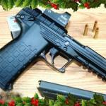 En pistol i presentförpackning till jul är aldrig fel, säger expediten i vapenaffären.
