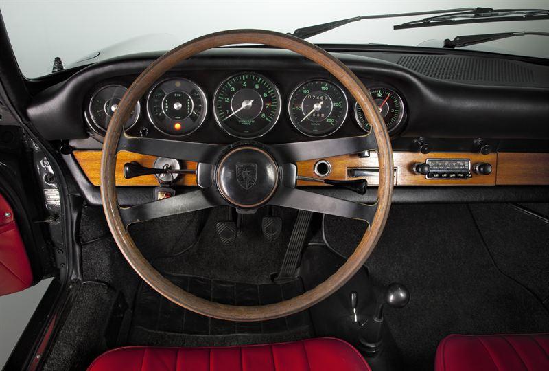 Enkel och funktionell med alla mätare framför föraren. Startnyckeln till vänster om ratten.