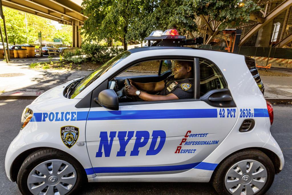 Officer Ralph Jefferson übernahm einen der ersten smart fortwo. ; Officer Ralph Jefferson took receipt of one of the first smart fortwos;